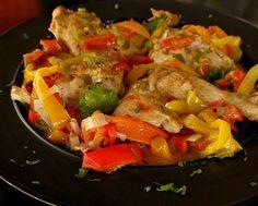 Υπέροχο σε γεύση, κοτόπουλο με πιπεριές γλυκιές διαφόρων χρωμάτων, που ανεβάζει τη διάθεση με την νοστιμιά του και την ευχάριστη εμφάνισή του. Greek Recipes, Ratatouille, Bon Appetit, Thai Red Curry, Chicken Recipes, Meat, Cooking, Ethnic Recipes, Food