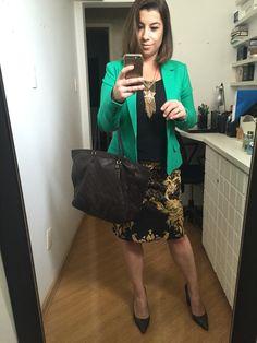 #desafiodocloset dia 8: blusa preta, saia estampada marrom e amarelo, blazer verde, sapato de bico fino marrom, bolsa marrom e bijoux grandona, Pq não gosto de miséria