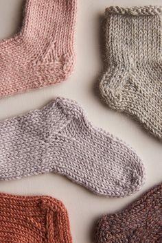 Baby Socks – Knitting patterns, knitting designs, knitting for beginners. Baby Knitting Patterns, Knitting For Kids, Knitting Socks, Baby Patterns, Knitting Tutorials, Free Knitting, Stitch Patterns, Knitted Baby Clothes, Knitted Baby Socks