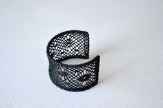 Bracelet manchette en dentelle au fuseau noir