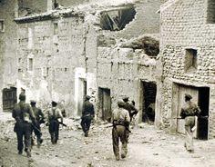 Belchite patrullando calles tras batalla por si queda alguien Exposición de Agustí Centelles en 1937 ABC dijo que era Belchite