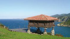 Hórreos, cabazos, paneras... los hay diseminados por todo Asturias pero cuando te tropiezas con uno con estas vistas te dan ganas de instalarte en él. Esta fotografía está tomada en Valdés.