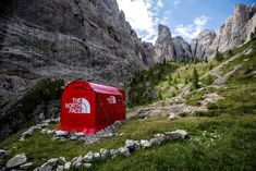 The North Face, the outdoor apparel brand, has created a pop-up store in the Italian Alps. Outdoor Clothing Brands, Outdoor Brands, Outdoor Apparel, The North Face, Outdoor Companies, Temporary Store, Experiential Marketing, Pop Up Shops, Zen