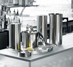 AJ 大師哲學明鏡托盤1967年首創出前所未有的不袗無接縫圓管製程與器具,成功克服鋼材的物理特性,研發出新的鍛接技術去達到Arne Jacobsen完美的無接縫圓管要求。 Stelton也藉此獨創的不袗工藝技術,成為其他生產者的模仿技術門檻,奠定Stelton在同業界中的翹楚地位。 明鏡托盤,細緻的不鏽鋼線條,低調的奢華,深度的品味,作為尊貴禮品大方出色,自用也令人滿意,視覺風格與真實手感極佳,將是Stelton迷不可或缺的收藏!