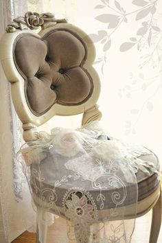 The perfect smallish chair to go in my bathing room, next to the bathtub...D