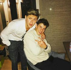 Shawn Mendes with Niall Horan Shawn Mendes Lindo, Shawn Mendes Cute, Larry Stylinson, Shawn Mendas, Naill Horan, Chon Mendes, Mendes Army, One Direction Photos, Best Friendship
