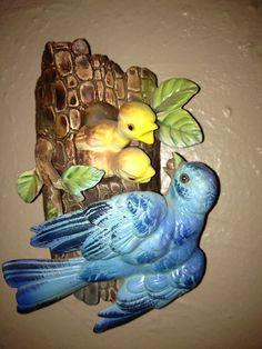 Vintage Inarco Japan # E1486 Bluebird feeding Baby Birds Wall Pocket Vintage Birds, Vintage Walls, Ceramic Materials, Wall Brackets, Vintage Pottery, Antique Shops, Baby Feeding, Blue Bird, Wall Vases