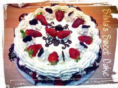 Torta alle fragole e crema al mascarpone, con decorazione di cioccolato fondente  https://www.facebook.com/silviassweetcake #chocolatedecorations #cake #strawberry #creemaalmascarpone