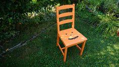 Starší židli jsme natřely na ranžovo, černou barvou (můžeme použít i černé tempery) jsme poté namalovali obličej dýně.