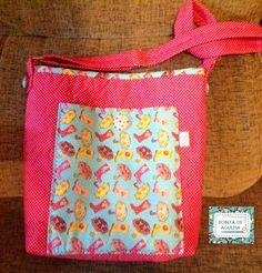 Bolsa confeccionada com tecidos nacionais e quil livre. Possui bolso interno e bolso externo. alça regulável com argolas. <br> Peça única.