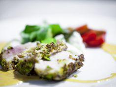 Pesce spada in crosta di pistacchi con gazpacho di pomodorini gialli e stracciatella