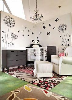 chambre de bébé avec une déco murale sur le thème papillon fauteuil et repose-pieds