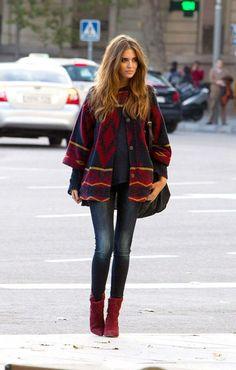 #jeans stretto, un #cappotto #mantella con semplici disegni aztechi bordeaux che riprendono il colore dello #stivaletto. #fashion