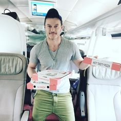 """Mi piace"": 45.9 mila, commenti: 439 - @thereallukeevans su Instagram: ""No one serves pizza like Gaston....!! Le fou is hungry #beautyandthebeast #gaston…"""