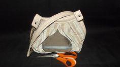 Une sacoche elegante à mettre en bandouliere.Tres pratique et exclusif. c 'est un modele qui nous vient d uruguay en amérique latine
