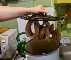 Czary mary gotuje Cezary: Jak zrobić wędzarnię z kociołka i wędzić w kuchni Sausage, Grilling, Meals, Recipes, Food, Diy, Meal, Bricolage, Sausages