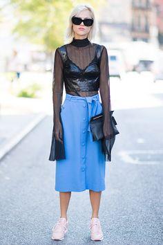 おしゃれブロガー、リンダ・トールは、透け感あるロングスリーブトップスにレザーのビスチェをオン! どこかゴスっぽいハードな雰囲気がありつつも、パステルカラーのスカートとスタイリングすることでストリートを感じるスタイルに。
