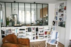 Γγρ│ J'aime le mur bas rempli d'étagères pour son côté pratique. La verrière qui surmonte cet espace rangement illumine et agrandit le salon en lui donnant une allure très moderne. ♥