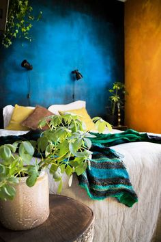 Botanical bedroom with colorful walls and industrial lighting - Renovation Botanical Bedroom, Mineral Paint, Industrial Lighting, Wall Colors, Chalk Paint, Walls, Colorful, Urban, Interior Design
