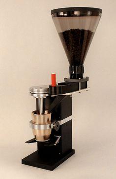Für die Zubereitung von wirklich gutem Kaffee ist nicht nur die Wahl der richtigen Bohnen eine Wissenschaft und die Existenz einer hervorragenden Maschine elementar, auch die passende Kaffeemühle g...