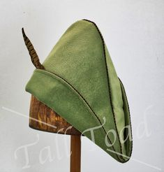 Robin Hood is an English folk hero who robbed the rich to feed the poor. These quality Robin Hood hats come in many colors and sizes for adults and children. Good for Robin Hood costumes, bow hunting and archery in addition to cosplay. Cool Costumes, Costume Ideas, Diy Hat, Sewing Hacks, Sewing Tips, Character Design, Toad, Hats, Robin Hoods
