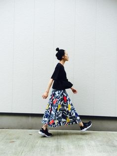 パックTと古着のスカートとの組み合わせ。素敵なスカートと合わせるならシンプルなパックTは大活躍!