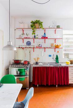 Cozinha com detalhes em vermelho tem armário de cortininha, prateleiras com plantas e objetos e mesa pequena com iluminação pendente. Decorating Your Home, Diy Home Decor, Diy Design, Interior Design, Cool Kitchens, Decoration, Kitchen Decor, Kitchen Ideas, Home Goods