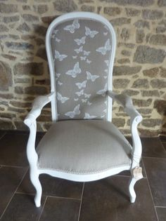 voltaire patiné blanc recouvert tissu lin et papillons Decor, Flipping Furniture, Painted Furniture, Diy Déco, Diy Furniture, Furniture, Painted Chairs, Reupholstery, Home Deco