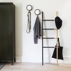 Toallero de estilo nórdico en madera de haya en color natural y negro ideal para vestir tus interiores consiguiendo una decoración de estilo escandinavo actual