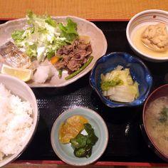 日替わり定食:焼き太刀魚/牛肉のスタミナ炒め 860円  魚菜 さか蔵 大阪市西区西本町1-7-8 柴田東急ビルB1 06-6535-5232 11:30-14:00 / 17:30-23:00  魚か肉かを選べる日替わりだと思って肉を頼んだつもりが肉が異様に少ない。それを補うために魚も乗っているのか?と思ったら、それがセットの日替わりでした。外にあった立て看板では別個のものに見えておりました。 11時半頃行ったにもかかわらず結構なお客さんの数。この周辺、何気に食べ物屋さんが少ないんですよね。加えて、魚メインのお店が昼から開いているのは珍しい気もします。健康思考な人にはうってつけなのかも知れませんね。  味付けは和食屋さんらしく、薄味。こういう感じのものを本当は自分の年齢だと食べないといけないんでしょうね。おいしかったけれど、次はしばらくは良いかなと。