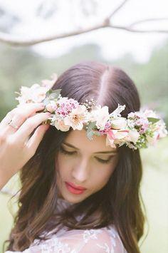 Tocado en forma de corona de flores naturales para la novia