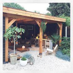 Prachtige tuin met hout en grind