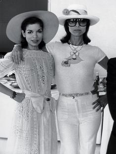 It's Bianca Jagger and Elsa Martinelli in St Tropez Mary Russell Bianca Jagger, Charlotte Rampling, 70s Fashion, Vintage Fashion, Womens Fashion, Fashion Hacks, Fashion History, Fashion Styles, Twiggy
