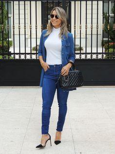 Jeans skinny com malha gola alta e maxi camisa jeans. Nos pés scarpin preto perfeito e para finalizar óculos soul real da Dior.