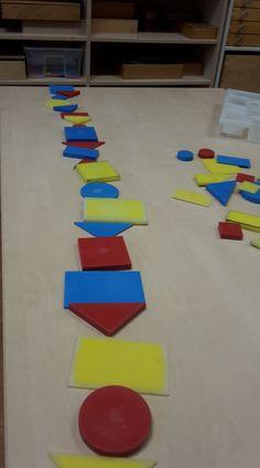 Opdracht: Maak een rij maar er mag niets van hetzelfde naast elkaar liggen. Math For Kids, Internet Marketing, Museum, Kids Rugs, Shapes, Teaching, Education, Cool Stuff, School