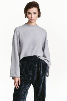Wide-sleeved sweatshirt