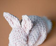 Von Jessica Bewernick  Heute zeige ich dir, wie du ganz einfach einen Hasen stricken kannst. Es ist noch ein bisschen hin bis Ostern, aber du kannst ja jetzt schon einmal anfangen mit den Vorbereitungen. Einen Hasen kann man natürlich auch zu anderen Festen gut verschenken, das heisst diese kostenlose Strickanleitung ist auch zu Weihnachten…