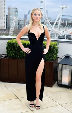 See the shocking resemblance between Elizabeth Hurley and Jennifer Lawrence at the 'Red Sparrow' premiere in London. Elizabeth Hurley, Jennifer Lawrence Feet, Jennifer Lawrence Red Sparrow, Jannifer Lawrence, Iskra Lawrence, Hollywood Celebrities, Female Celebrities, Hollywood Actresses, Beautiful Celebrities