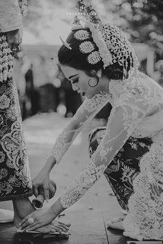 Pernikahan Dengan Tema Up In The Sky ala Jazzie dan Aga Foto Wedding, Wedding Album, Wedding Photos, Dream Wedding, Wedding Dreams, Javanese Wedding, Indonesian Wedding, Wedding Prep, Traditional Wedding
