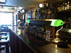 En centro de Zaragoza, cerca de la Universidad de Zaragoza, en la Avenida Goya, se encuentra el The Penguin Row, un auténtico bar irlandés famoso tanto por su oferta de cervezas como por sus conciertos y actuaciones musicales que organizan a menudo.