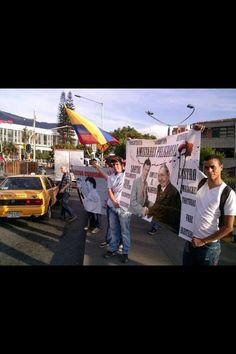"""Un grupo de jovenes manifiesta en Medellín en el marco del Foro de la ONU #WUF""""Fuera el Castro-Chavismo de Colombia"""" pic.twitter.com/mgrhukRoY9"""