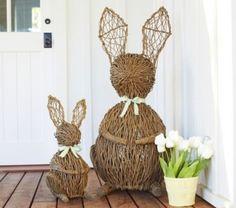 déco d'extérieur pour Pâques avec des lapins en branchettes