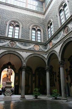 ... или cortile, занимал центральную часть большинства знаменитых дворцов эпохи Возрождения, например, Дворца Медичи во Флоренции. Внутренний двор Палаццо ...