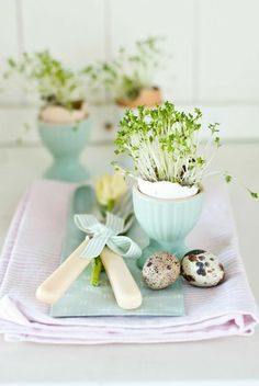 Hosting Easter brunch or dinner? Be inspired by these beautiful spring & Easter table setting ideas, floral centerpieces & spring decorations for Easter Table Settings, Easter Table Decorations, Decoration Table, Spring Decorations, Easter Centerpiece, Centerpiece Ideas, Easter Dinner, Easter Brunch, Easter Party