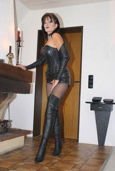 Mature Female Authority : Photo