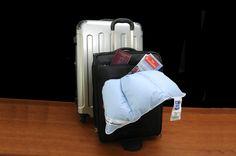 #Il cuscino da #viaggio  Come la coperta di Snoopy, puoi portarlo sempre con te. È un piccolissimo piumino a tre canali, che può essere arrotolato, piegato, e racchiuso in una mano, cosí lo puoi portare sempre con te, come la coperta di Snoopy™. Può essere utilizzato in albergo, sovrapposto al cuscino dell'hotel per sentirsi più a casa. Comodissimo per lunghi voli in aereo o viaggi in macchina se hai bisogno di riposarti.