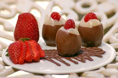Bombom de Morango::: #atteliededoces #docesfinos #carolinadarosci #casamento #sobremesa #docinhos #docesgourmets #mesadedoces #artesanal #chocolate #morango