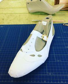 Tストラップのバックベルト。  メンズでもこんな遊び心が入った靴があっても良いのかな?  #靴作り #tストラップ  #バックベルト #靴 #shoemaking #shoes #tstrapshoes #backbelt #nikon #d3300 #pattern #パターン #型紙