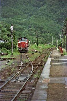 江田信号場 磐越東線 Japan Train, Rail Train, Diesel Locomotive, Japanese Architecture, Train Tracks, Diesel Engine, The Locals, Railroad Tracks, Beautiful Places