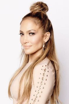 easy hairstyle long hair half updo top look Jennifer Lopez Source by Cool Hairstyles For Girls, Bun Hairstyles For Long Hair, Celebrity Hairstyles, How To Make Hair, Hair Looks, New Hair, Divas, Hair Inspiration, Hair Beauty
